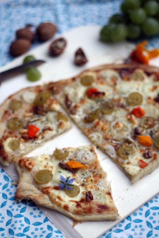 flammkuchen-in-verschiedenen-varianten-mit-trauben-suesskartoffel-ziegenkaese-oder-ganz-klassisch-nach-elsaesser-art-mit-speck-und-zwiebeln