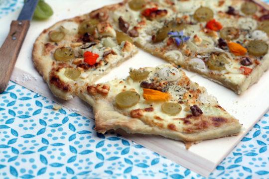 flammkuchen-in-verschiedenen-varianten-mit-trauben-suesskartoffel-ziegenkaese-oder-klassisch-nach-elsaesser-art-mit-speck-und-zwiebeln