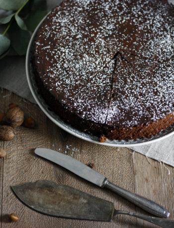 Rezept für einen Gewürzkuchen mit Schokolade und Mandeln im Innern. Saftiger Weihnachtskuchen mit Zimt, Nelken und Co. Gewürzkuchen backen.