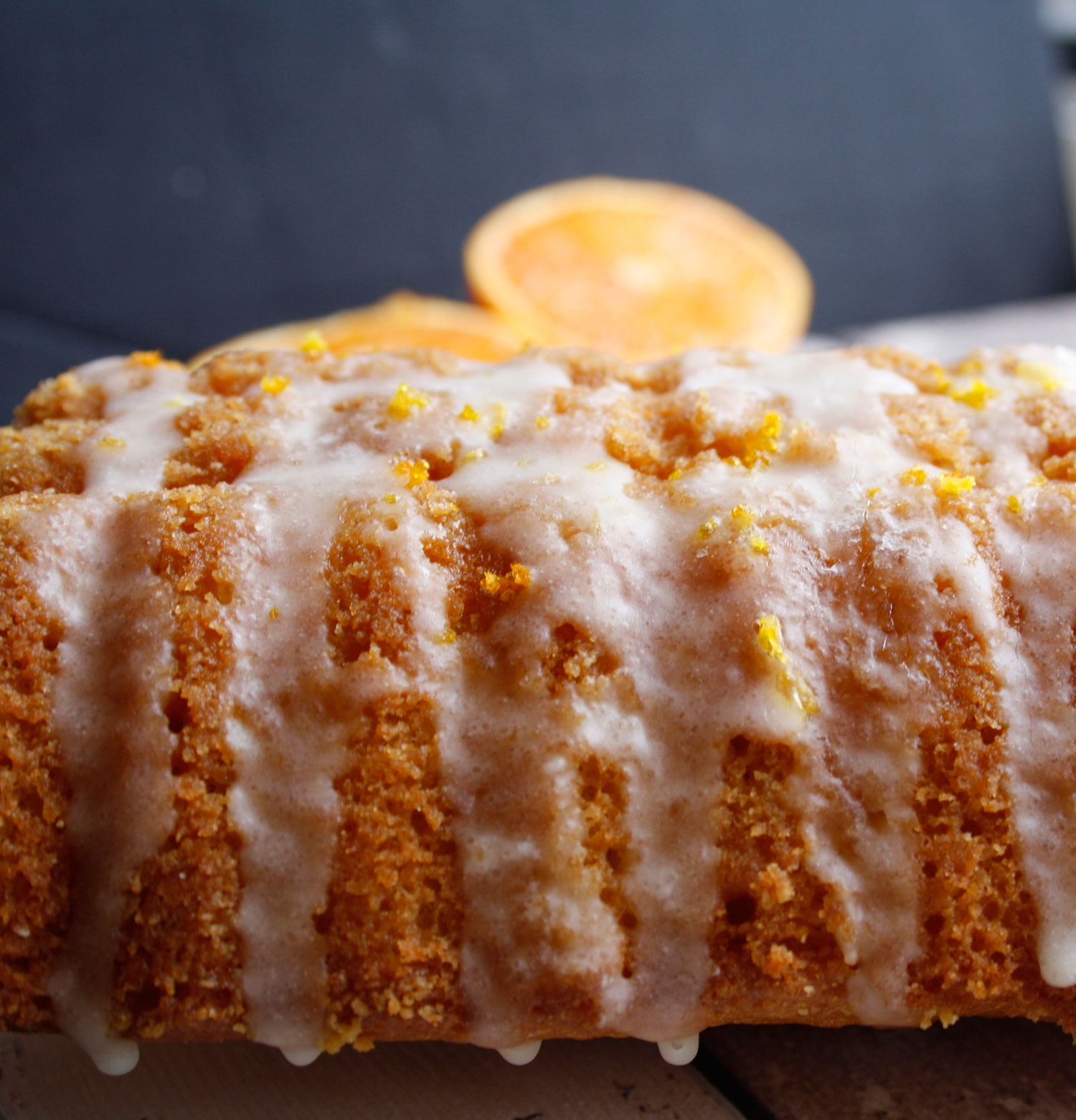 Saftiger Orangenkuchen mit Zuckerguss. Rezept für einen Rührkuchen mit Orange.