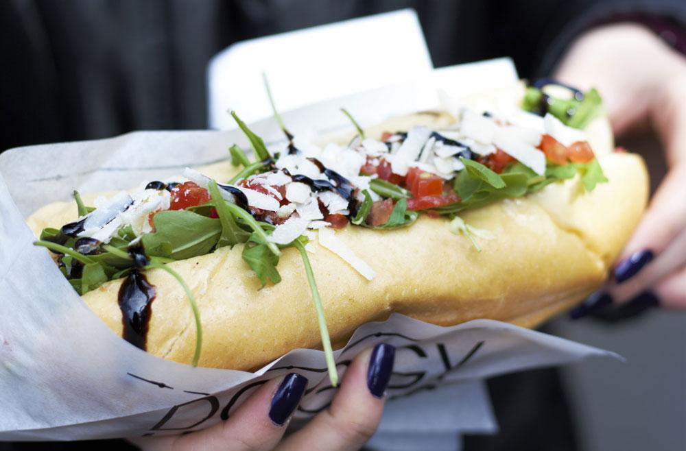 Leckerer-Hotdog-mit-Rucola-und-Balsamikocreme