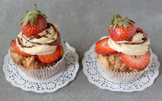 Cupcakes mit Erdbeeren nebeneinander