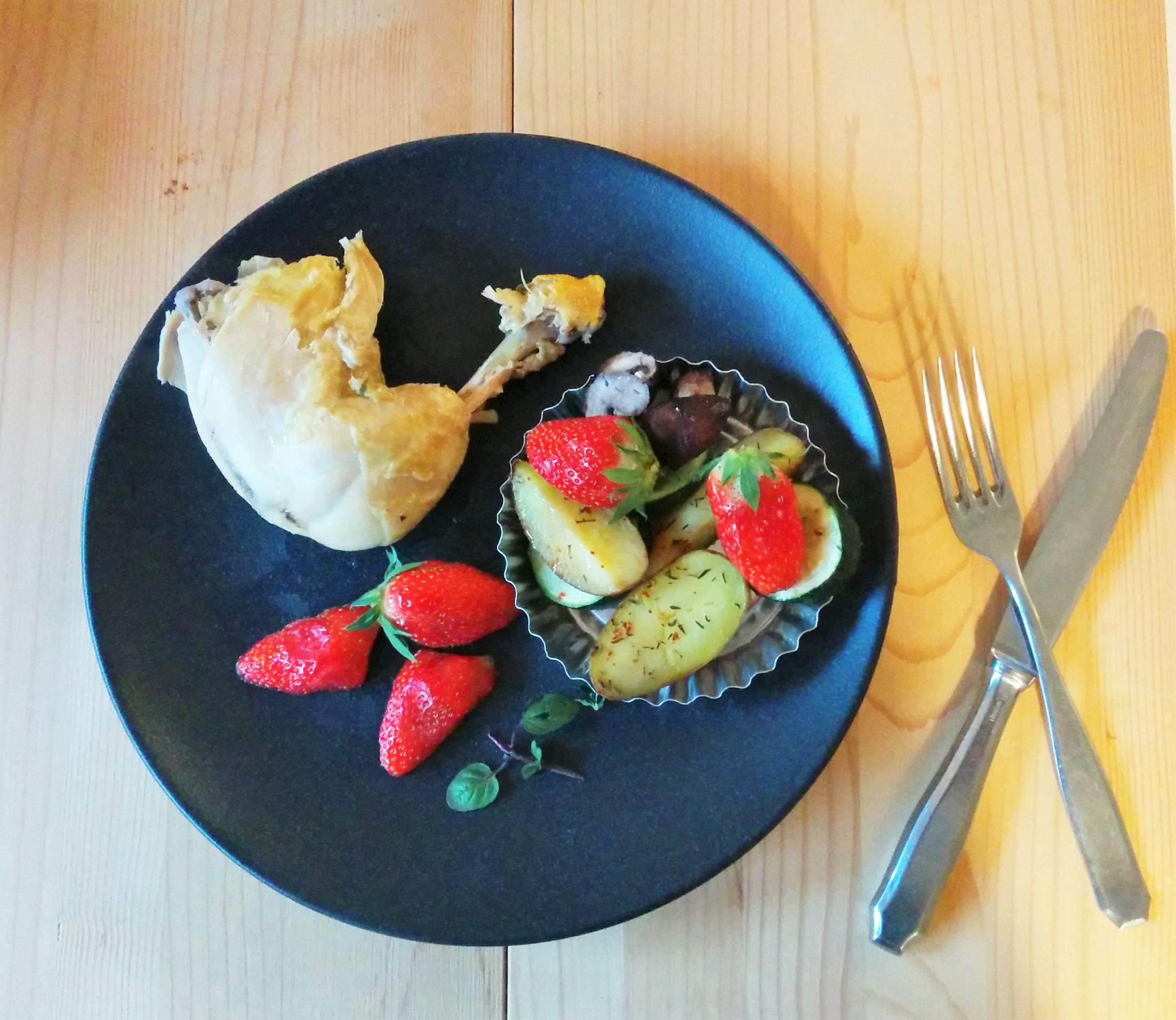 Hähnchenschenkel mit Erdbeeren und Kartoffeln