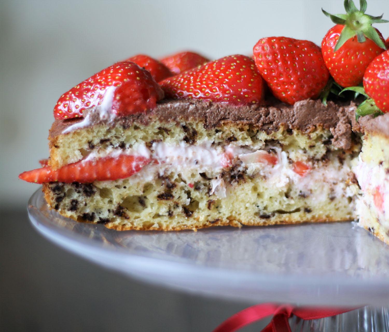 Innenansicht Torte mit Erdbeeren und Schokoladensahne.jpg