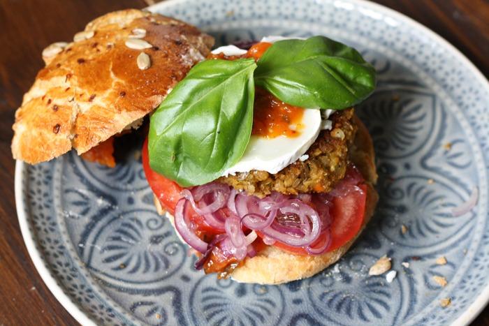 Burger mit karamellisierten Zwiebeln und Grünkern-Linsen Patties von Naschen mit der Erdbeerqueen