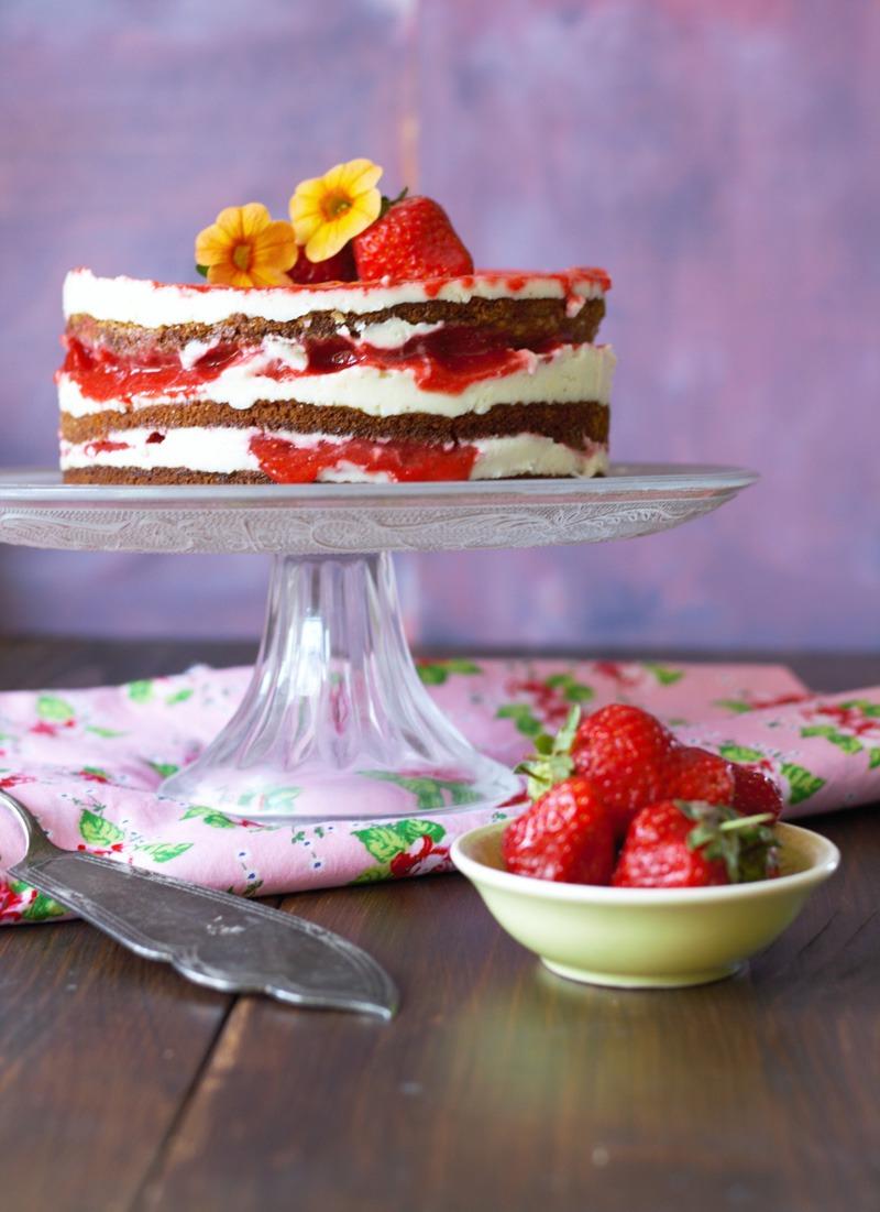 Erdbeer-Layer-Cake-Hochformat-.jpg