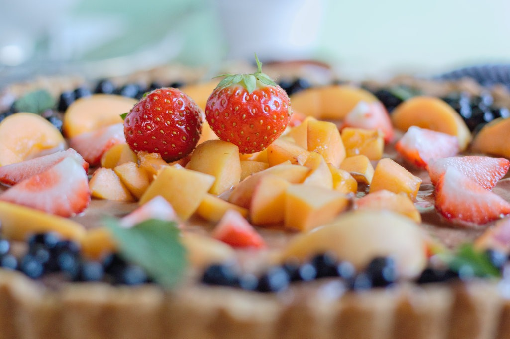 Erdbeeren und Aprikosen auf Schokotarte.jpg