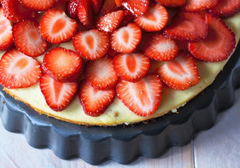 Käsekuchen mit Erdbeeren und Mandelboden - Naschen mit der Erdbeerqueen
