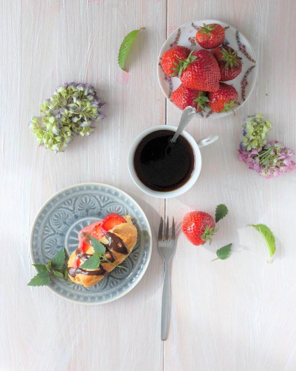 Eclairs mit Erdbeerpudding und Minze
