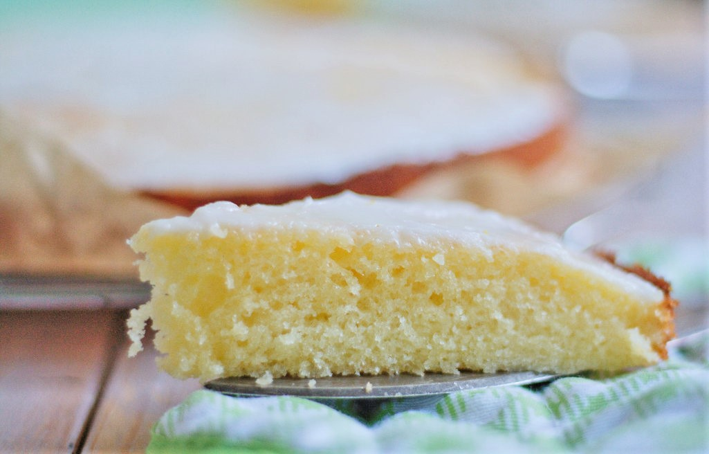 Saftiger Zitronenkuchen mit Zuckerguss