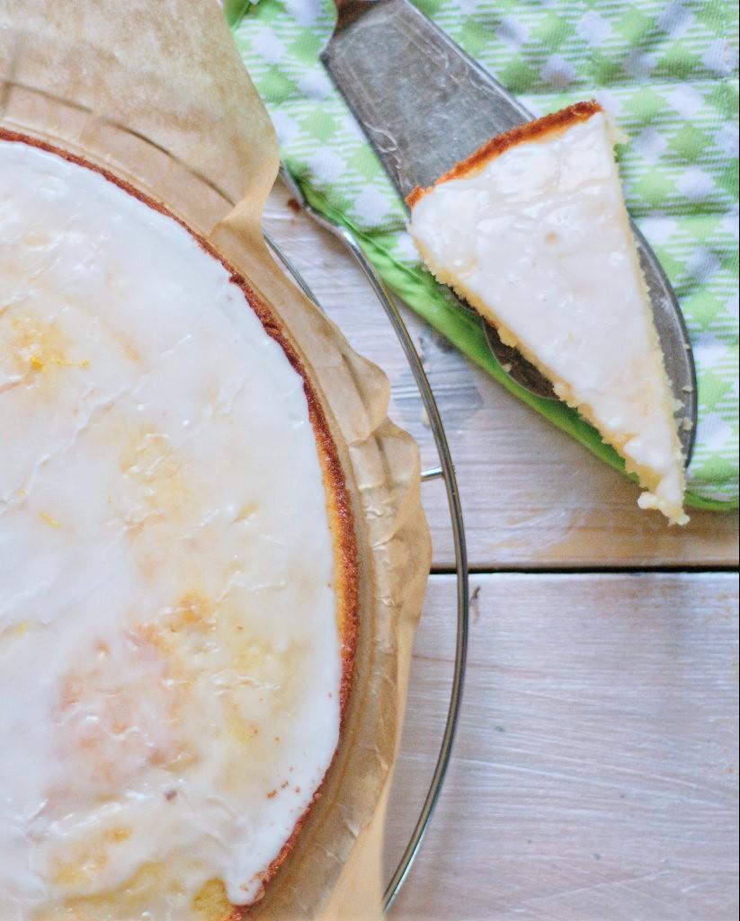 Zitronenkuchenstück mit Zuckerguss