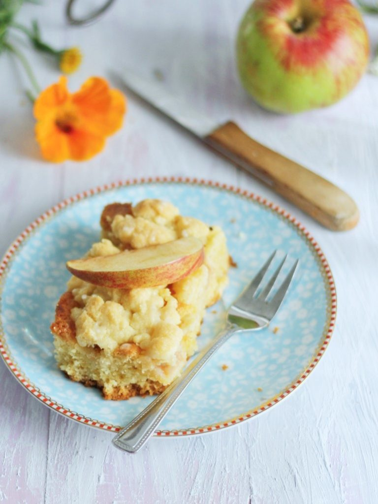 Stück Apfelkuchen mit Streuseln mit Gravensteiner Äpfeln von Naschen mit der Erdbeerqueen
