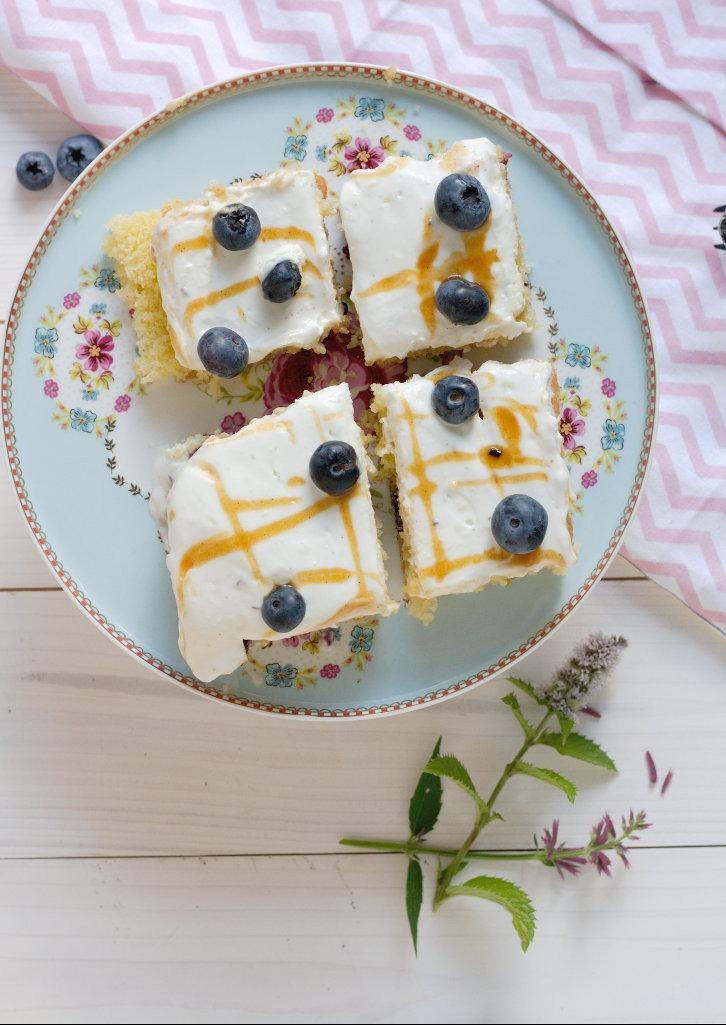 Blaubeerschnitten mit Joghurttopping und Salted Caramel