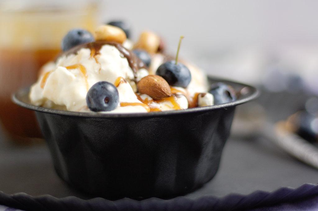 Frozen Yoghurt mit gerösteten Nüssen Salzkaramell und Blaubeeren von Naschen mit der Erdbeerqueen 1.jpg
