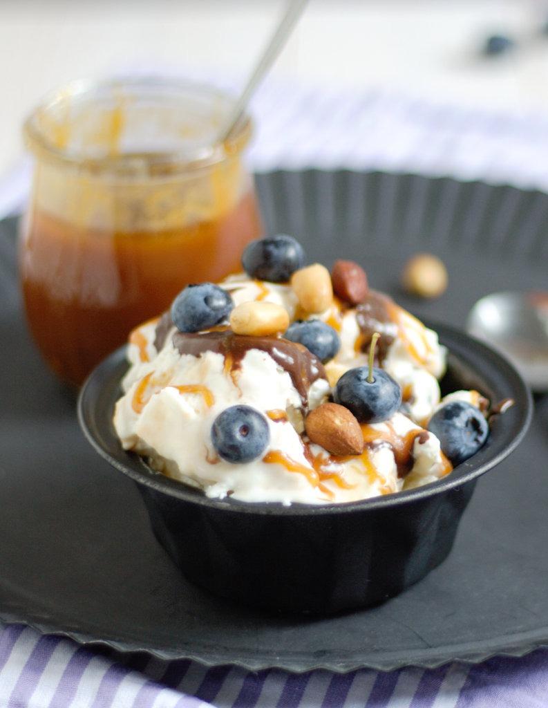Frozen Yoghurt mit gerösteten Nüssen Salzkaramell und Blaubeeren von Naschen mit der Erdbeerqueen.jpg