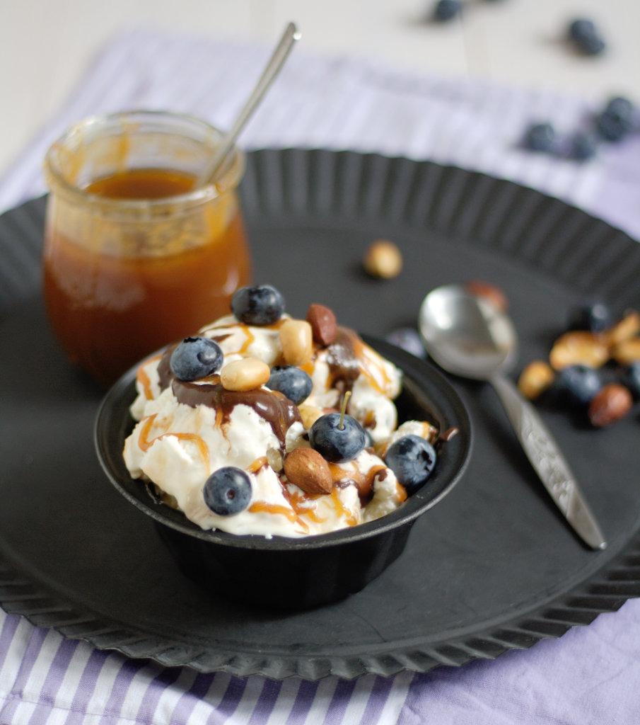 Frozen Yoghurt mit Salzkaramell und Blaubeeren von Naschen mit der Erdbeerqueen 3