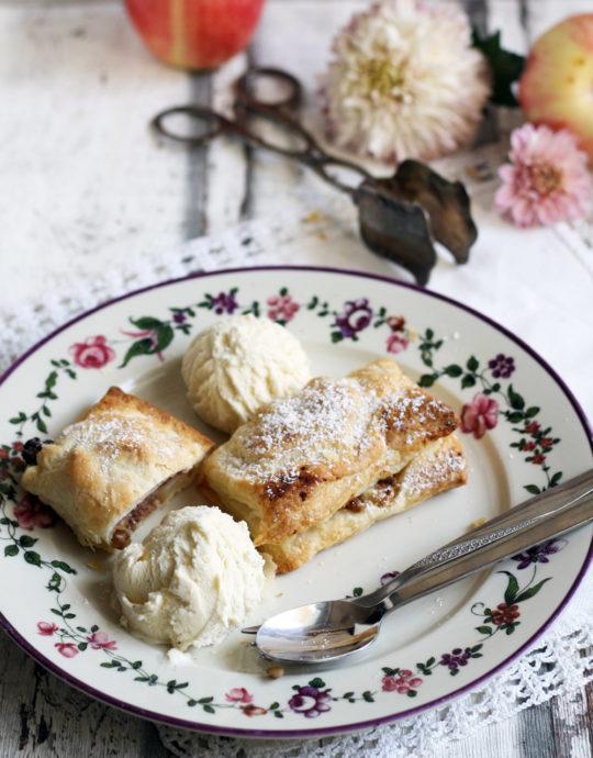 apfelstrudel-mit-vanilleeis-dessert
