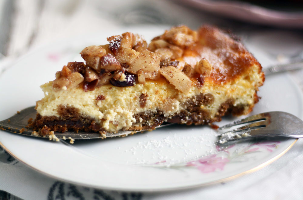 schneller-und-einfacher-kaesekuchen-mit-keksboden-und-bratapfel-topping