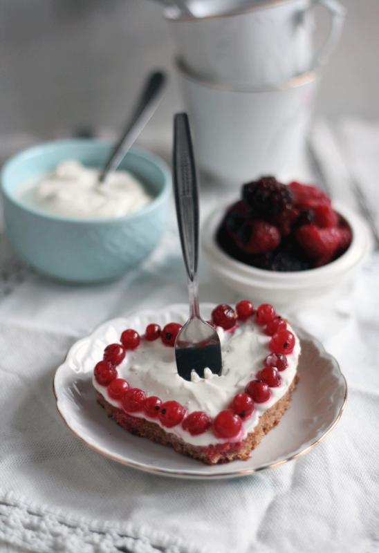 schneller kuchen vom blech mit joghurt schmand creme und fr chten. Black Bedroom Furniture Sets. Home Design Ideas