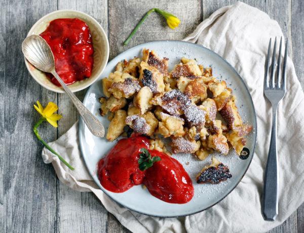 Einfaches Kaiserschmarrn Rezept mit Erdbeersorbet. Fluffig, mit Puderzucker fast wie Urlaub in den Bergen