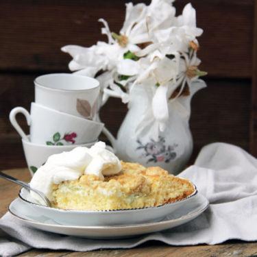 Wie geht Rhabarberkuchen? Ein Rezept für einen Rhabarberkuchen vom Blech mit Streuseln findet ihr auf dem Blog.