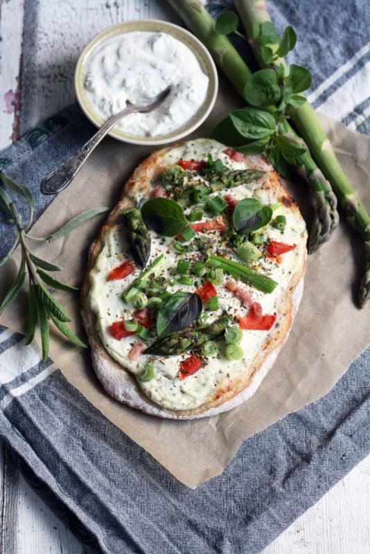 Rezept für mittelalterliche Rahmfladen belegt mit grünem Spargel, Tomaten und Schmand. Zum Rezept auf dem Blog.