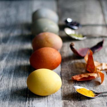DIY Ostereier mit Naturfarben selbst gefärbt. Mit Rote Beete, Zwiebelschalen, Kurkuma, Blaubeeren und Matchatee.