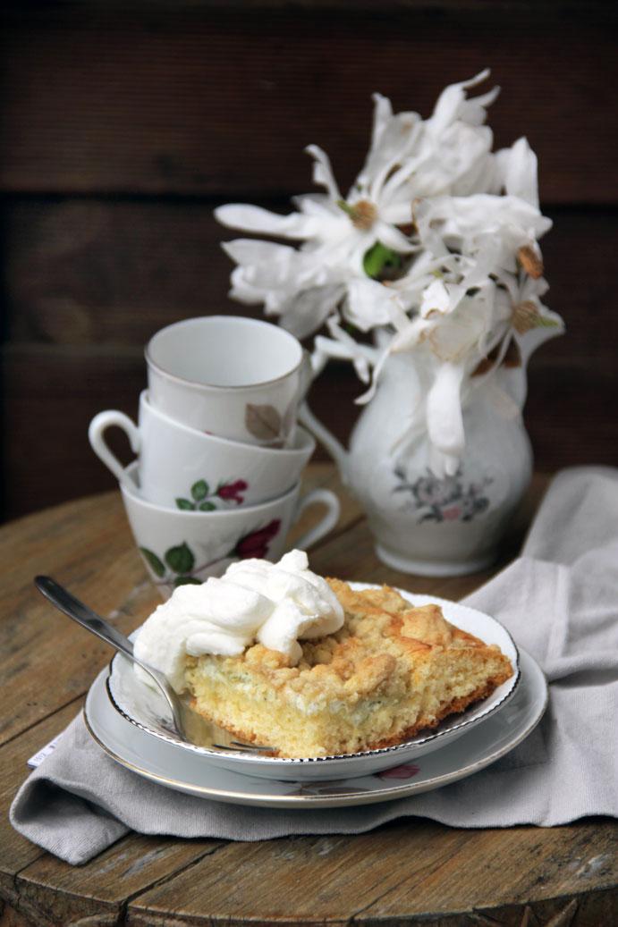 Saftiger Rhabarber Blechkuchen mit Schmand und Streuseln. Das Rezept für einen Rhabarberkuchen vom Blech mit Streuseln findet ihr auf dem Blog.