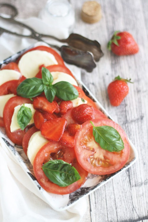 Italienisches Caprese Tomate Mozzarella mit Basilikum und Balsamico-Erdbeeren. Rezept auf naschenmitdererdbeerqueen.de