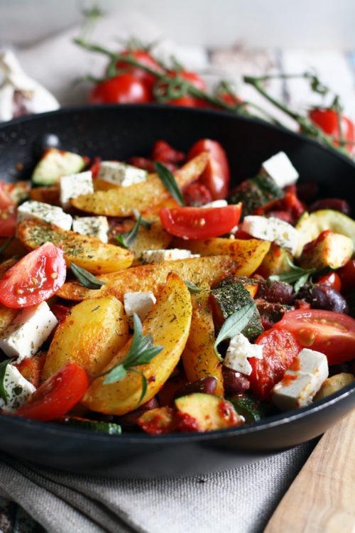 Rezept Kartoffel Wedges Pfanne mit Paprika de la Vera Tomaten Zucchini Fetakäse und Bohnenkraut