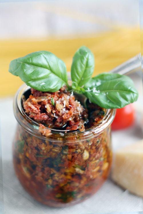Pesto Rosso Rezept mit Sonnenblumenkernen-Basilikum-und Thymian perfekt für Pasta. Einfach kochen.