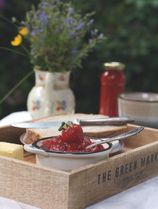 Selbst gemachte Erdbeermarmelade. Marmelade kochen ist ganz einfach mit Gelierzucker und viel Frucht. Rezept für Erdbeermarmelade mit Vanille.