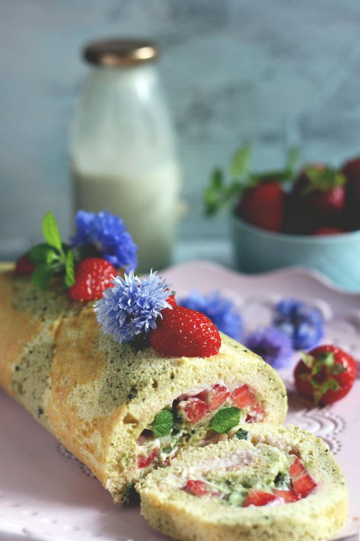 Biskuitrolle mit Erdbeeren einfach selber backen. Hier findest du das Rezept.