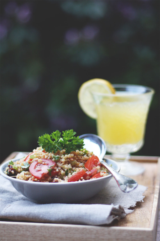 Rezept einfacher Bulgursalat mit Tomaten Minzen und und getrockneten Tomaten. Salatrezept zum Grillen #bulgursalat #salatrezept #bulgur #grillen #grillbeilage #partyrezepte