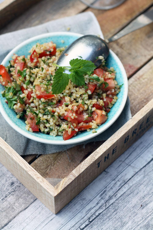 Saftig und einfach: Rezept einfacher Bulgursalat mit Tomaten Minzen und und getrockneten Tomaten. Salatrezept zum Grillen #bulgursalat #salatrezept #bulgur #grillen #grillbeilage #partyrezepte