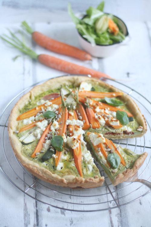 Gemüsekuchen einfaches Rezept mit Karotten, Basilikum und Fetakäse. Vegetarisches Mittagessen oder Abendessen.