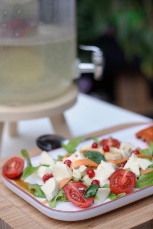 Salat zum Grillen. Tomaten-Mozzarella mit Johannisbeeren. Grillen Rezepte.