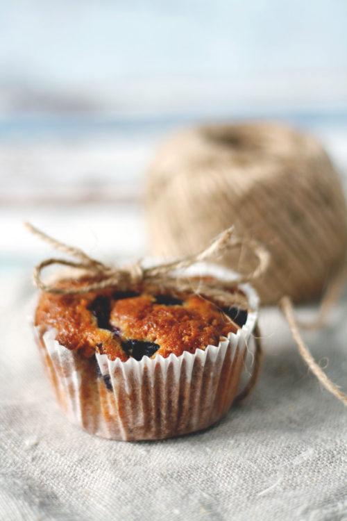 Blaubeermuffins backen. Muffins mit Blaubeeren und Amarettini. Einfaches Rezept für Muffins.