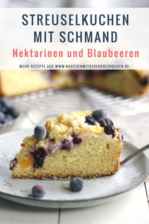 Rezept für einen saftigen Streuselkuchen mit Schmand, Blaubeeren und Nektarinen. Kuchenrezept. Sommerkuchen