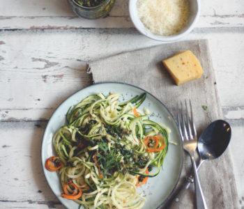 Rezept Pesto aus Möhrengrün zubereiten mit Nudeln und Zoodles. Pestorezepte