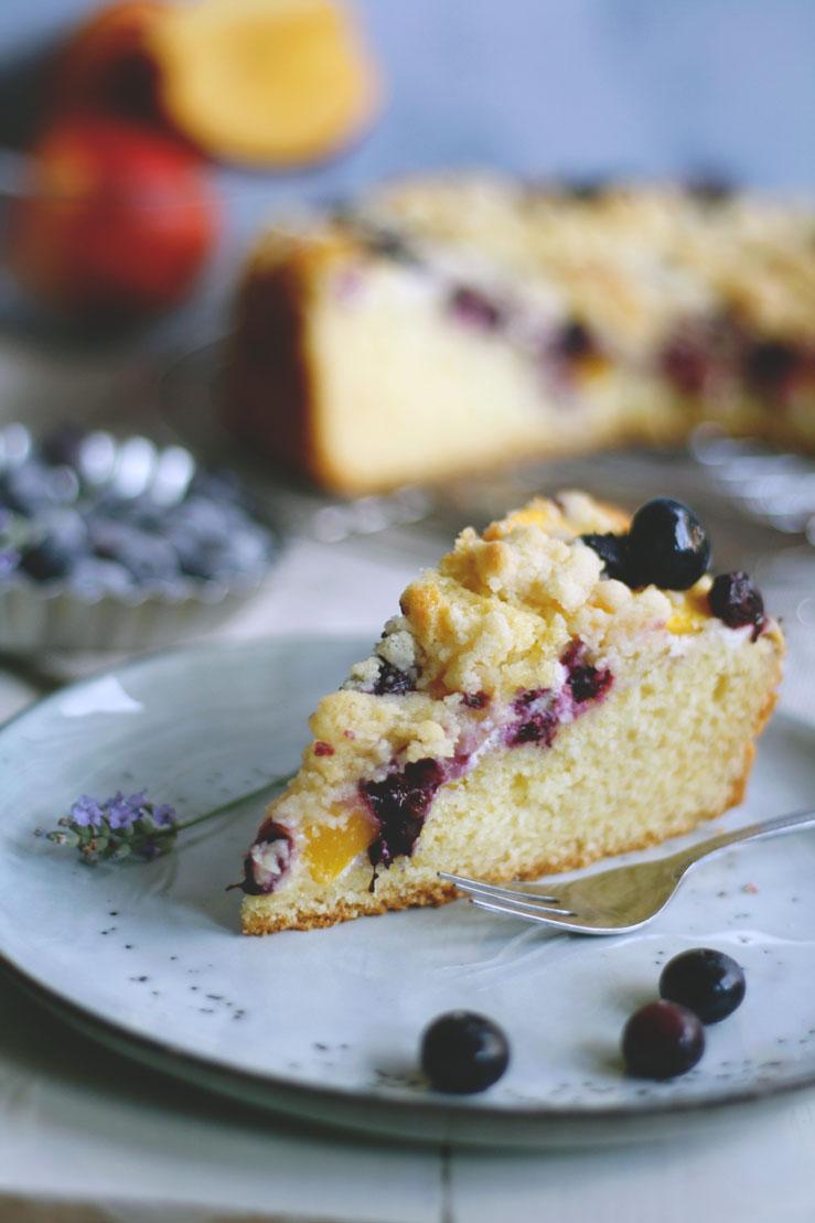 Rezept Streuselkuchen mit Schmand Nektarinen und Blaubeeren. Saftiger Kuchen
