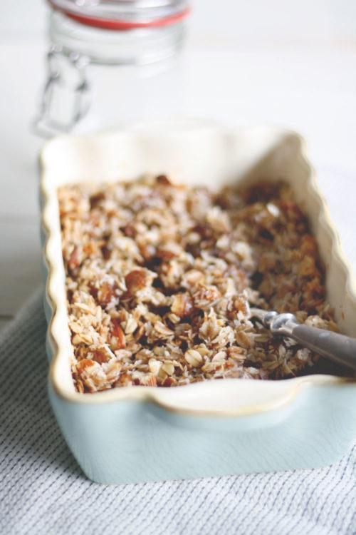 Granola mit Kokos und Datteln selber machen. Knuspriges gesundes Müsli selber machen. Müsli mit Kokos