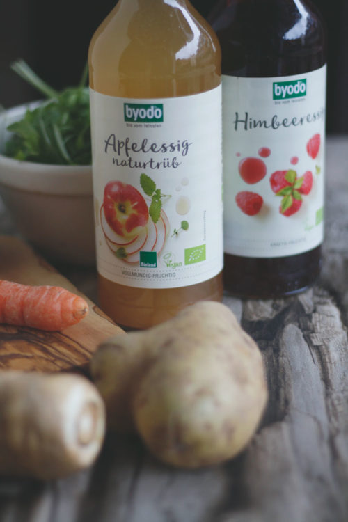 Byodo Essig Rezept Kartoffelsalat mit Essig und Öl Dressing Karotten, Granatapfel, Pastinaken, Apfel und Rucola