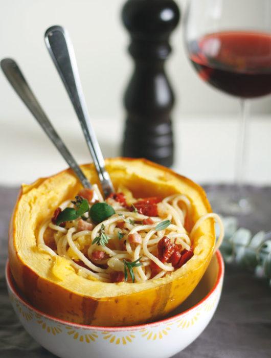 Spaghettikürbis Rezept. Spaghettikürbis mit Spaghetti, Bacon, getrockneten Tomaten und Kräutern.