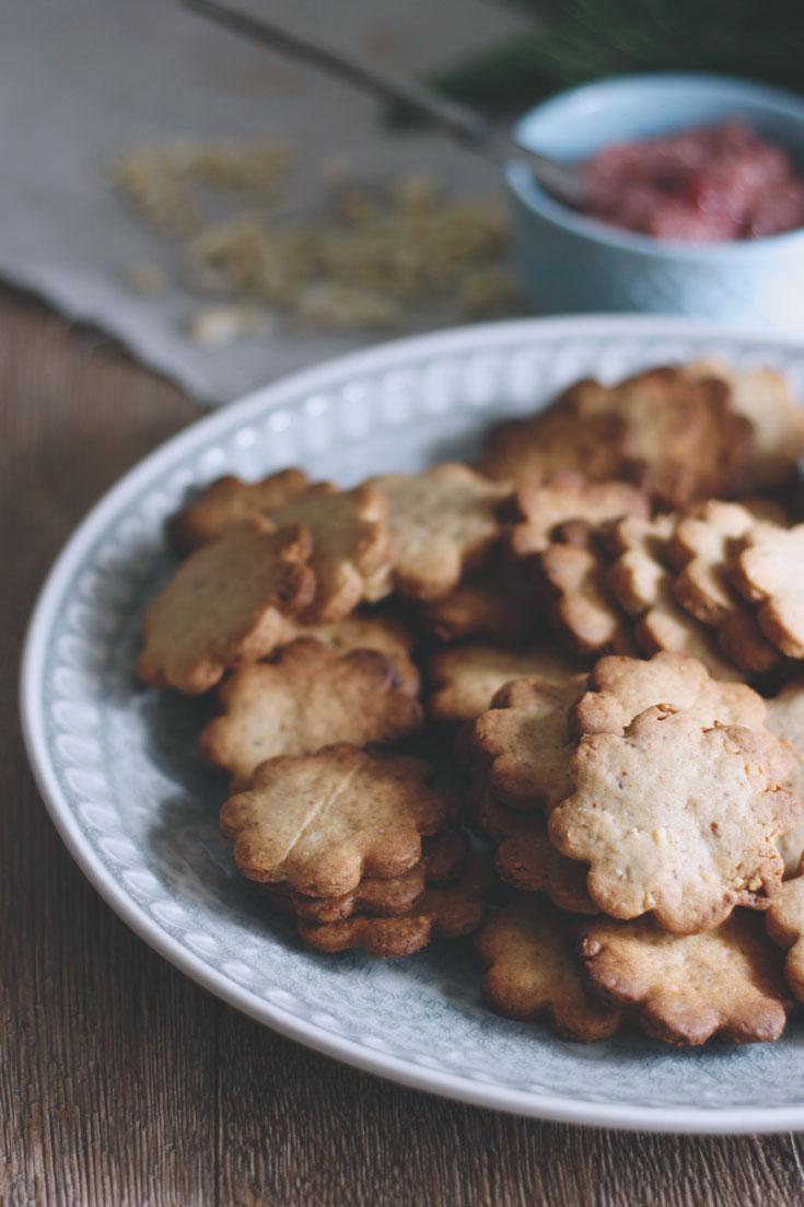 Mandelplätzchen mit Marzipan und Johannisbeergelee