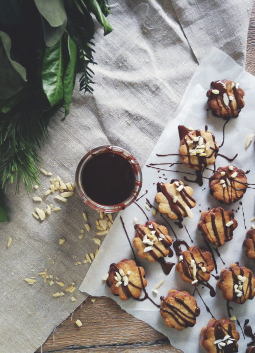 Mandelplätzchen zum Ausstechen mit Marzipan und Marmelade. Weihnachtsplätzchen mit Johannisbeergelee. Rezept Plätzchen backen für Weihnachten.