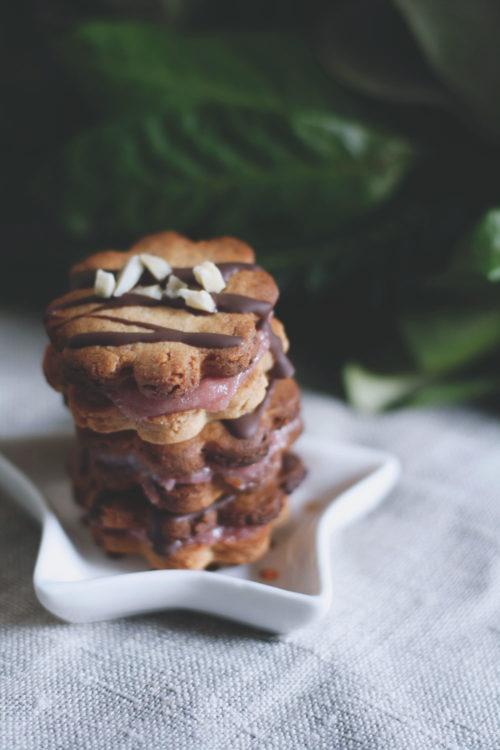 Mandelplätzchen zum Ausstechen mit Marzipan und Marmelade. Weihnachtsplätzchen mit Johannisbeergelee. Rezept Plätzchen.