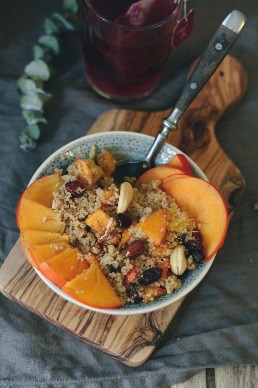 Guten Morgen: Frühstücks-Couscous mit Kaki, Orangen und Nüssen