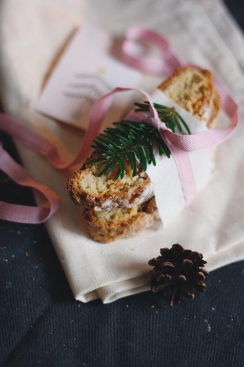 Rezept Quarkstollen mit Marzipan, Aprikosen und Mandeln. Selbst gemachter Stollen ohne Orangeat und Zitronat. Geschenke aus der Küche.