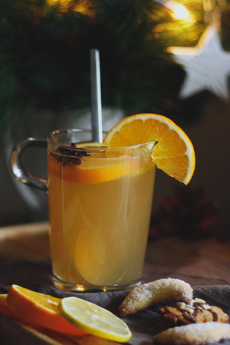 Weißen Glühwein wie vom Weihnachtsmarkt selber machen. Glühweinrezept mit Weißwein und Apfelsaft. Einfaches Glühweinrezept.